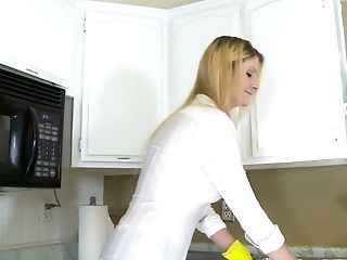 Towheaded Housewife Robbye Bentley Gives A Bj And Gets Her Slit Rammed